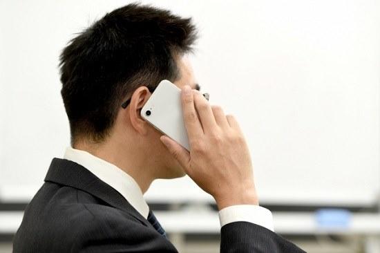 電話する男性の画像