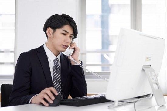 電話対応する男性の画像